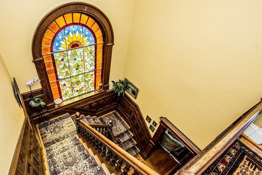 Queen Anne Window
