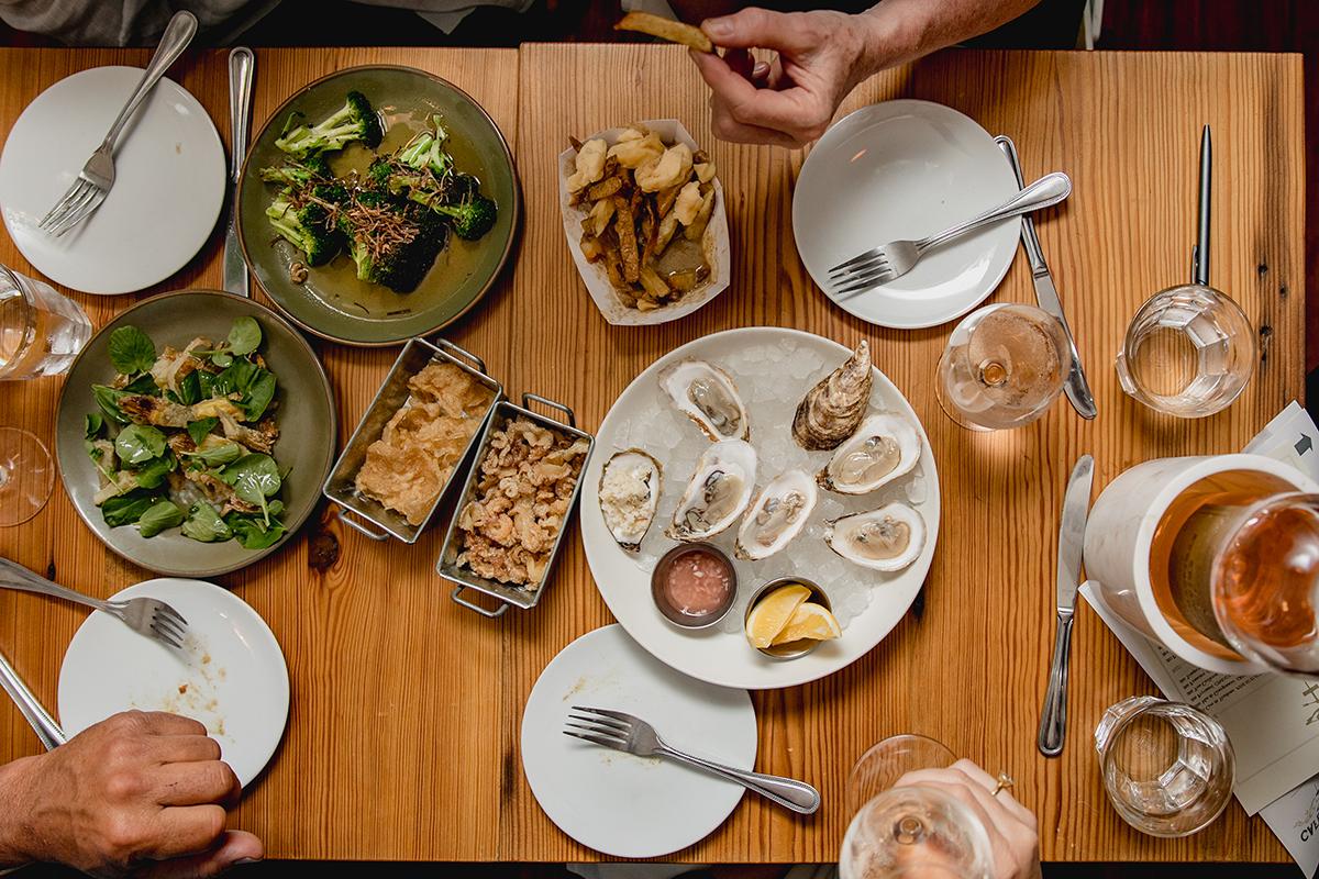 A full table at Café du Pays